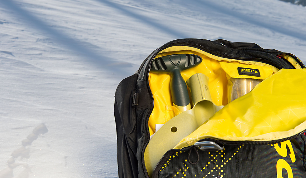 Blade and handle of a Pieps Avalanche Shovel in a Jetforce Avalanche Rucksack