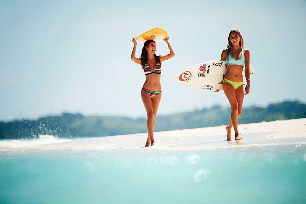 Ripcurl Surfergirls at the beach wit their Surfboards