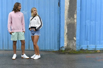 Man and women in retrolook infront of blue wall