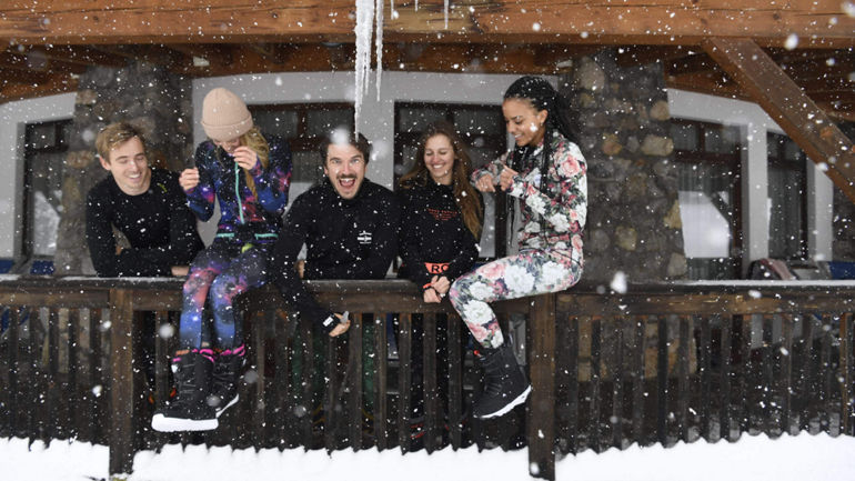 Snowboarders and skiers outside in Hochkeil with merino baselayers from Mons Royale