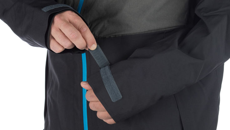 adjustable cuffs on a 686 snowboard jacket