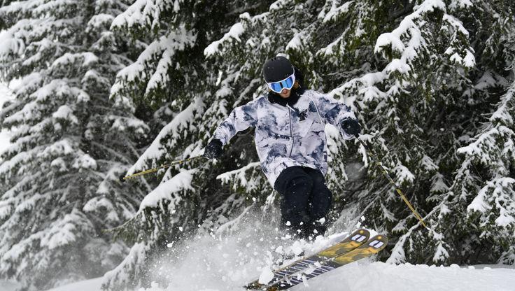 Fortgeschrittener Skier spingt im Wald