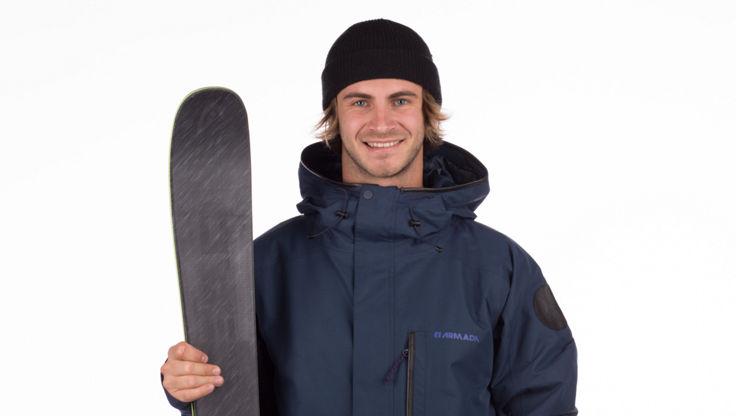 Modell mit einem Paar All-Mountain-Freeski
