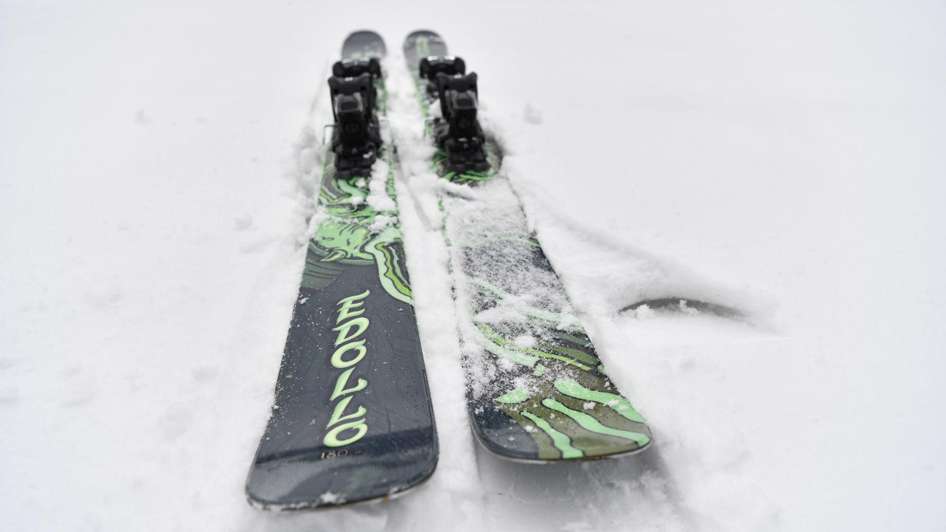 A pair of Armada Edollo ski with a 98 mm  waist