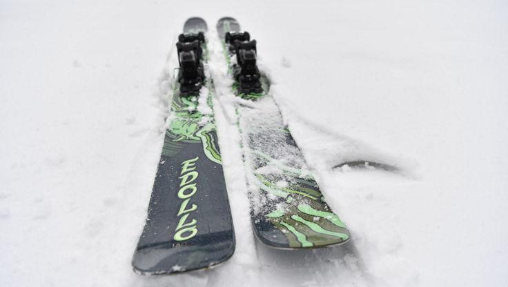 Ein Paar Armada Edollo Ski mit 98 mm Breite.