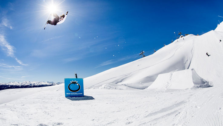 Leon Vockensperger jumping a kicker in the Snowpark Skylinepark in very sunny conditions