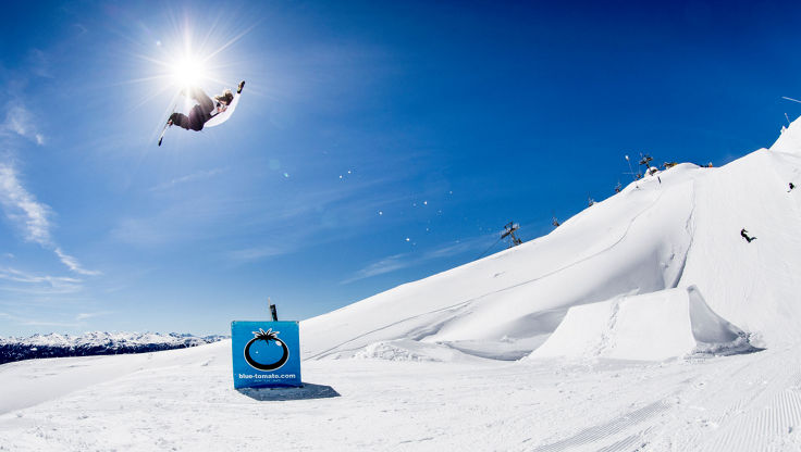 Leon Vockensperger jumping a kicker in the Snowpark Skylinepark in very sunny conditions