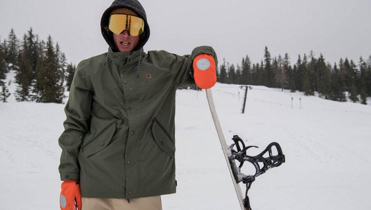 Snowboarder in einer Kleidung mit regular fit