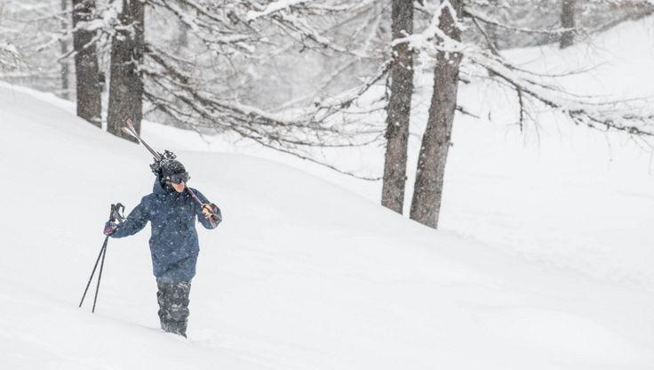 Freeskier der bei starkem Schneefall auf Tour geht