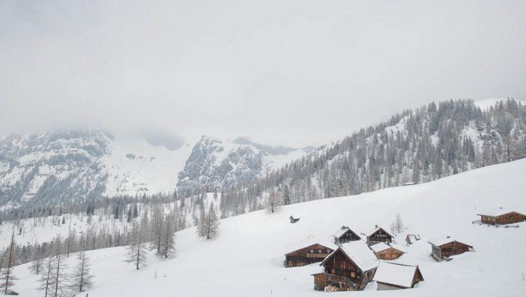 Berglandschaft mit wolkenbedecktem Himmel