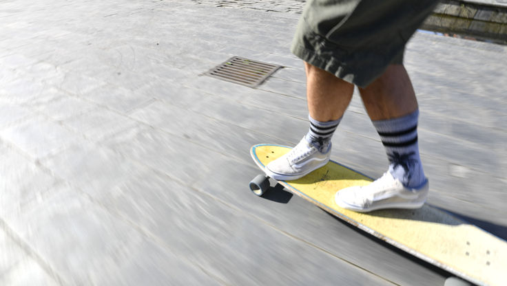 Doing a crosstep on the longboard while riding at high speed on spanish streets