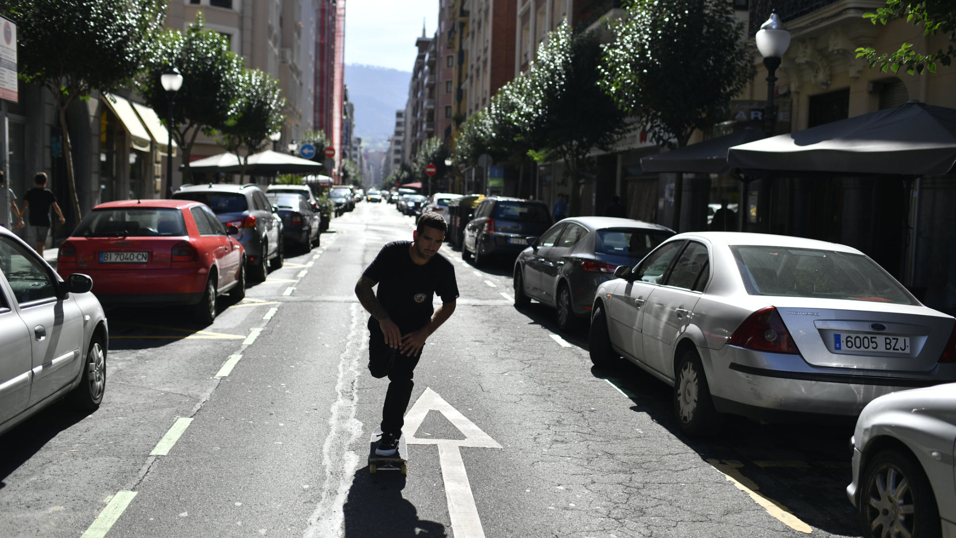 Skateboarden auf den spanischen Straßen mit weichen Rollen