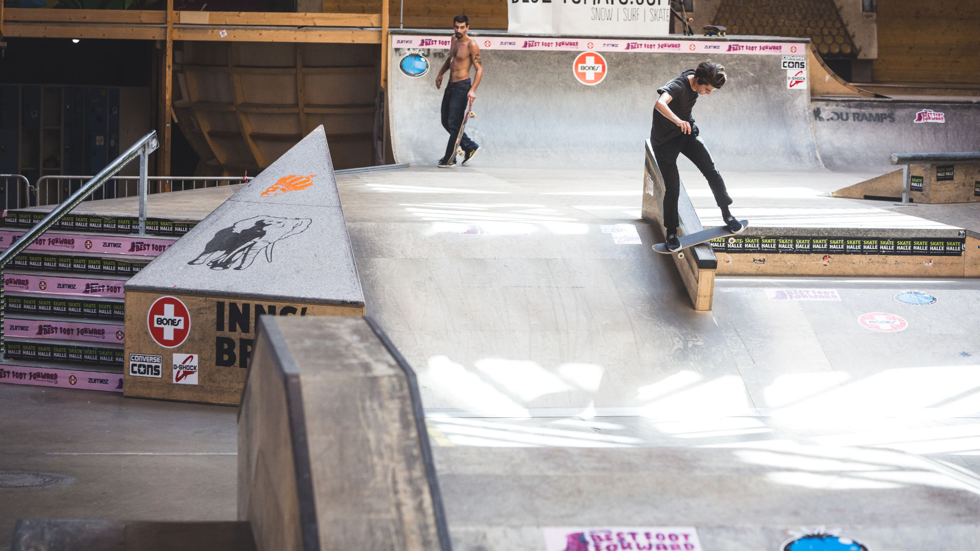 Skateboarder grindet auf seinem Board mit Medium Rollen im Skatepark