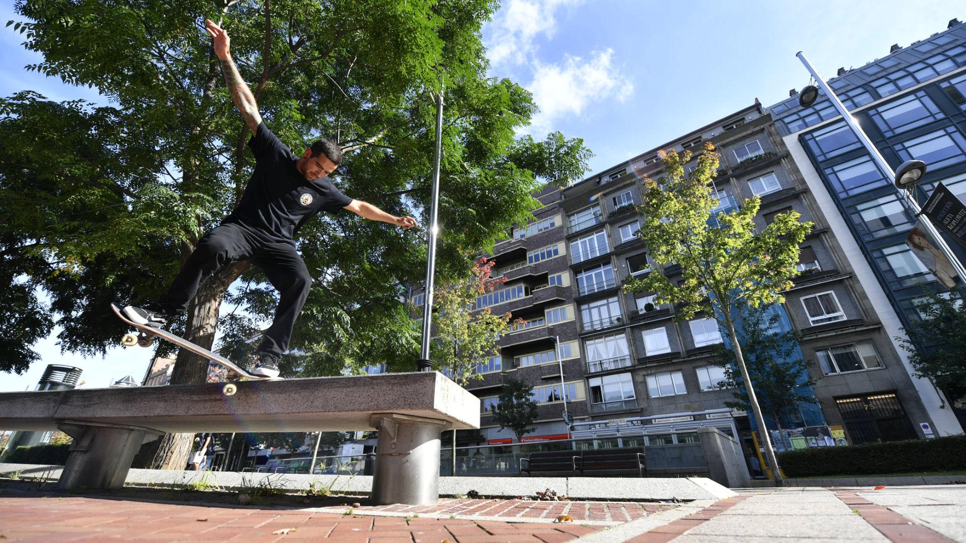 Ein Junge grindet auf einer Betonbank mit einem Skateboard mit kleinen Rollen