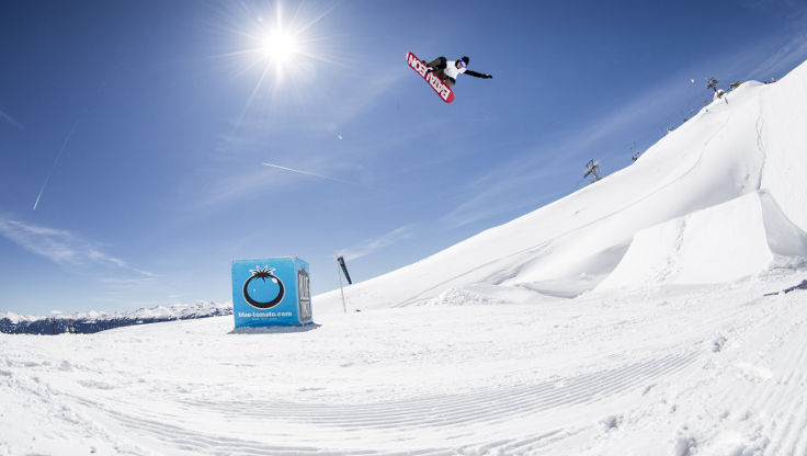 Blue Tomato Team Rider Felix Widnig going off a kicker with medium bindings
