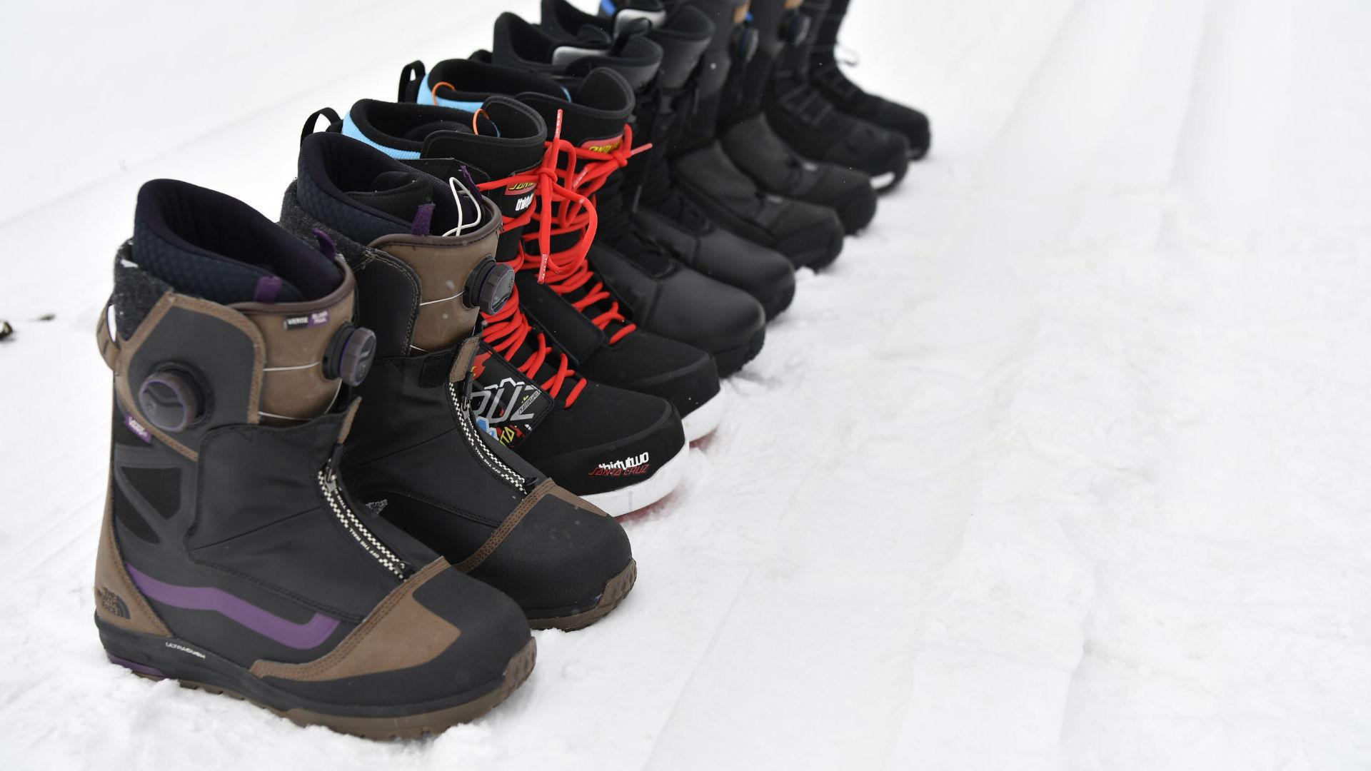 Eine Reihe Snowboard Boots von Vans, ThirtyTwo, adidas Snowboarding, DC und Burton