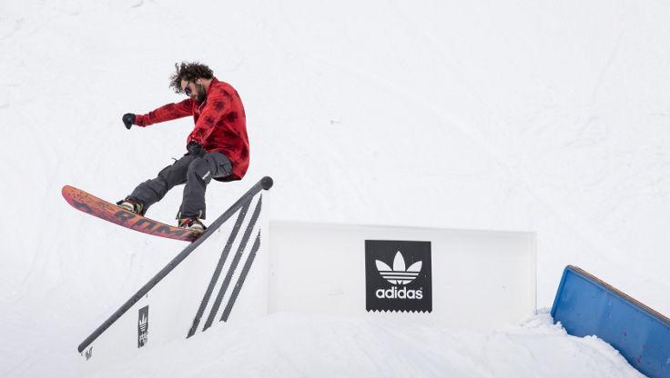Michael Mayer performt mit seinen weichen Boots einen tail slide an der Nordkette in Innsbruck