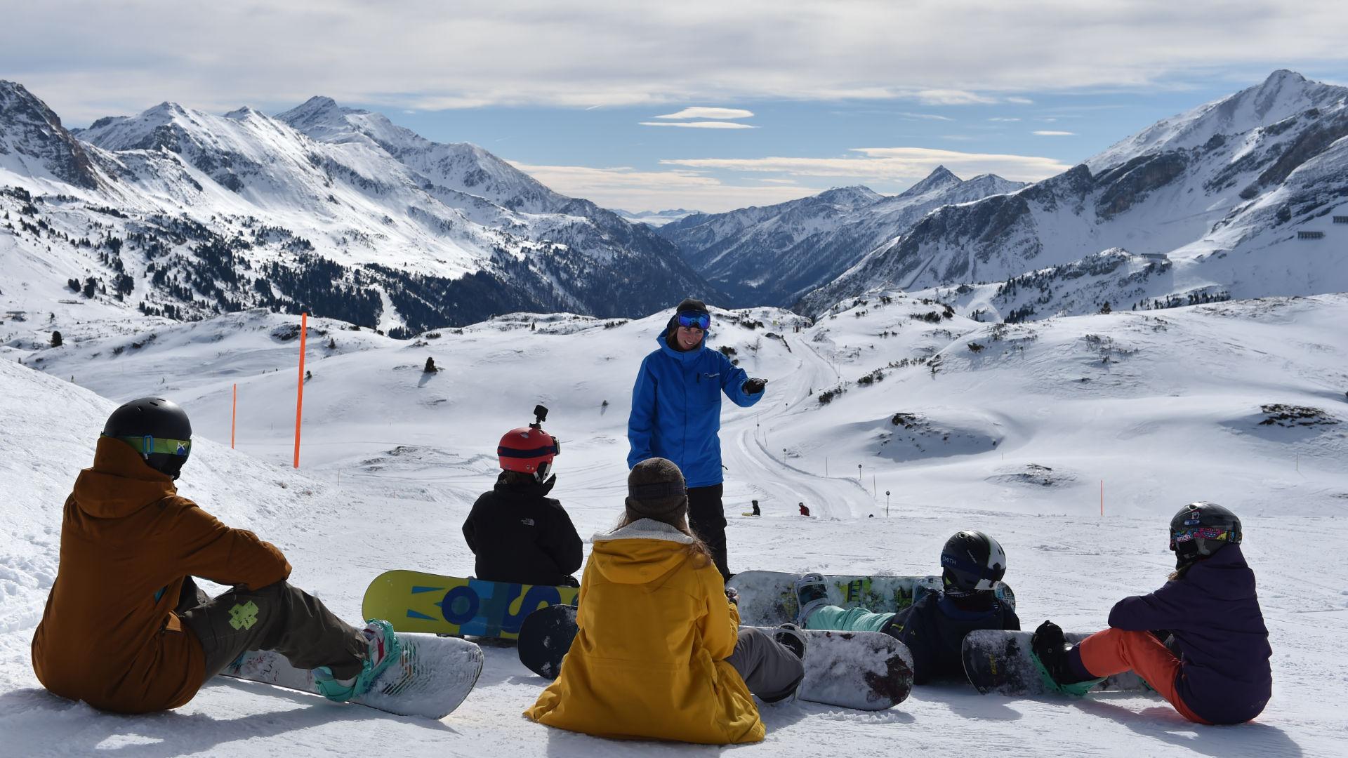 """Eine Gruppe Snowboard-""""Frischlinge"""" in der Blue Tomato Snowboard School in Obertauern"""