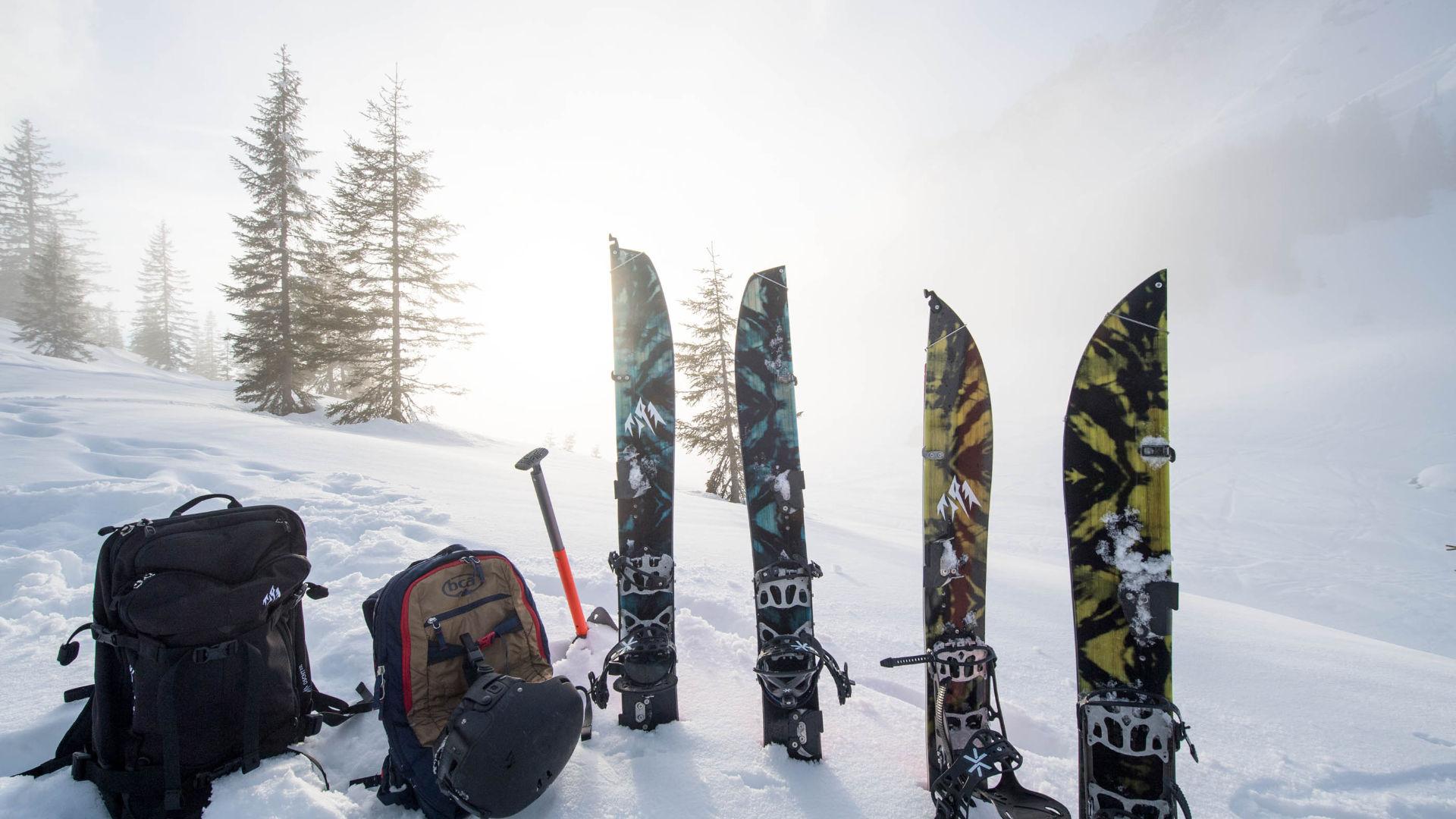 Jones Splitboards mit Lawinen-Ausrüstung und Rucksäcken