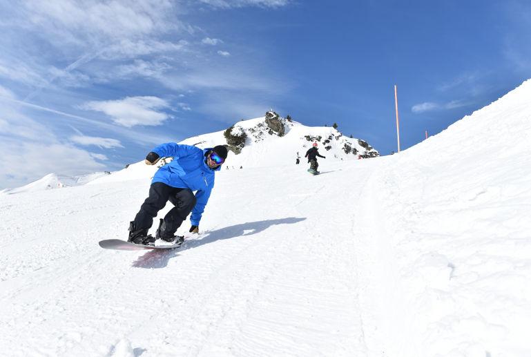 Blue Tomato Snowboardlehrer rutscht am Heck vom Board