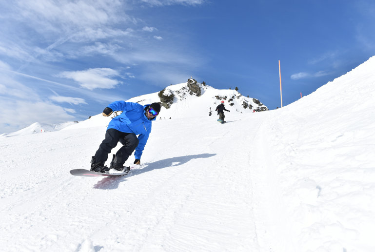 Blue Tomato teacher tail sliding on snowboard