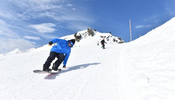 Blue Tomato teacher tail sliding on snowboard