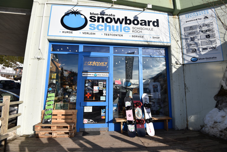 Eingang zur Snowboardschule Blue Tomato