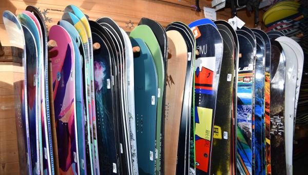 Regal mit Verleih Snowboards