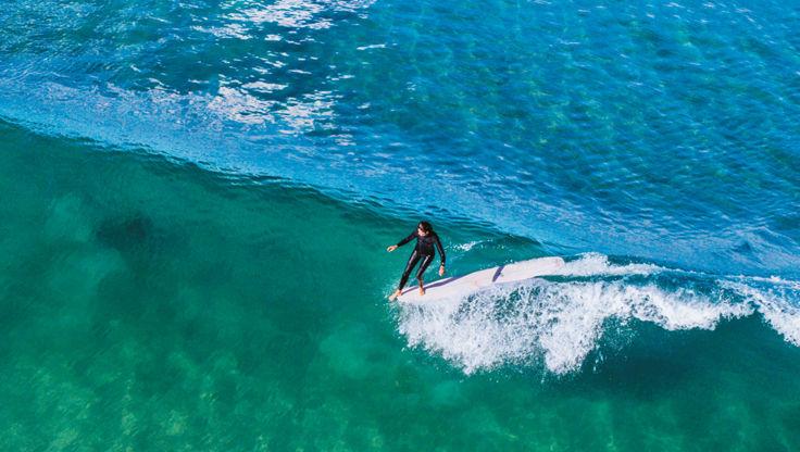 Surfer avec une combinaison Patagonia Yulex