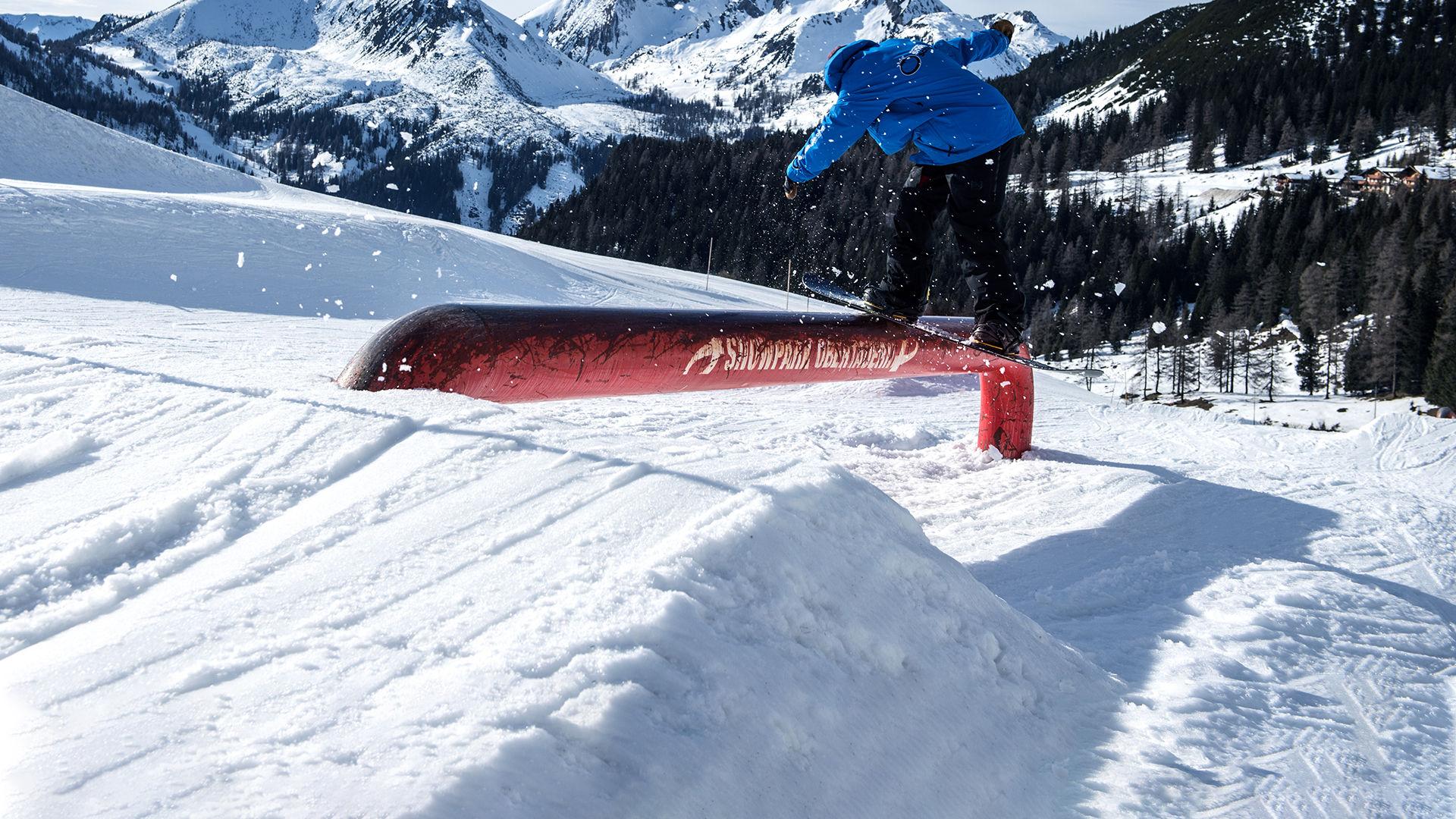 Snowboarschule Lehrer auf Rail im Obertauern Snowpark